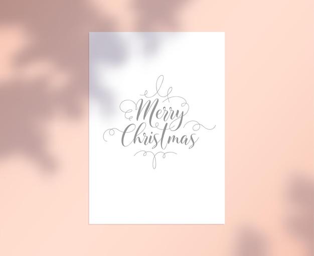 Merry christmas card met belettering en krullen op wit vel papier met boomtakken en bladeren schaduw op roze achtergrond. kerstvakantie groet, gefeliciteerd met evenement. vectorillustratie