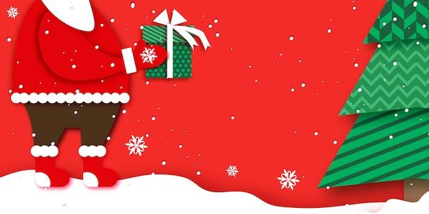 Merry christmas greetings card met santa claus-handen met groene geschenkdoos met witte strik. magische kerstboom. gelukkig nieuwjaar in papercraft-stijl. rode achtergrond. kerstvakantie.