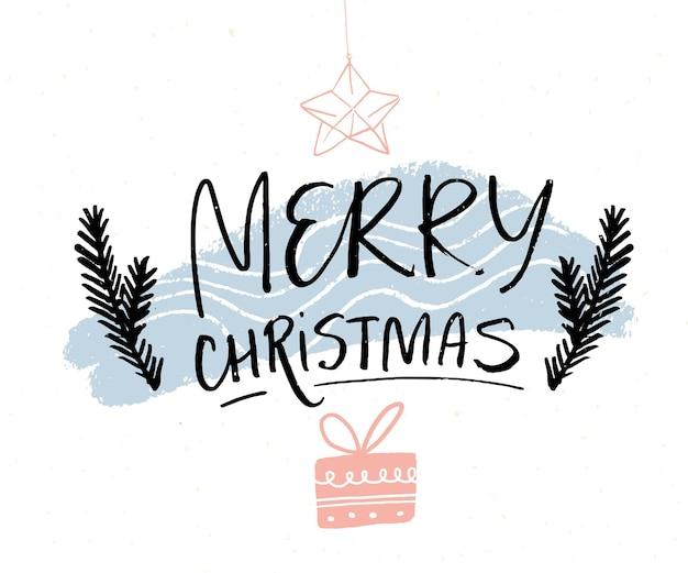 Merry christmas minimalistisch kaartontwerp met borstelkalligrafie en met de hand getekende illustraties van sparren, geschenkdoos en hangende sterdecoratie. zwarte tekst op een witte achtergrond met roze en blauwe textuur.