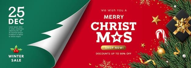 Merry christmas-verkoop, papierrol boomvorm, geschenkdoos met kerstpersoneel, dennenbladeren banner conceptontwerp op groene en rode achtergrond