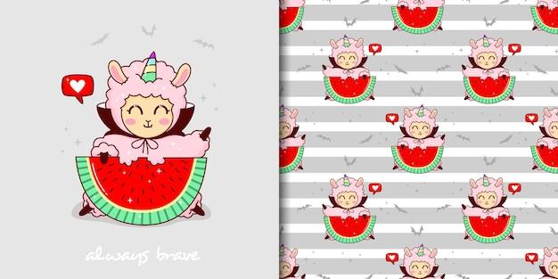Met de hand getekend kinderachtig naadloos patroon met schattige lama in dracula-kostuum die watermeloen eet