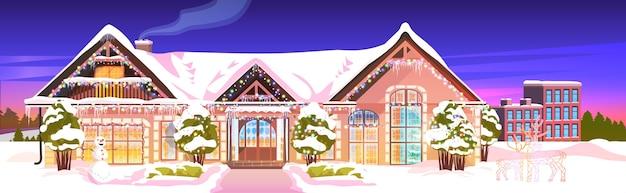 Met sneeuw bedekte huiswerf in de huisbouw van het winterseizoen met decoraties voor nieuwjaar en kerstmisvieringsillustratie