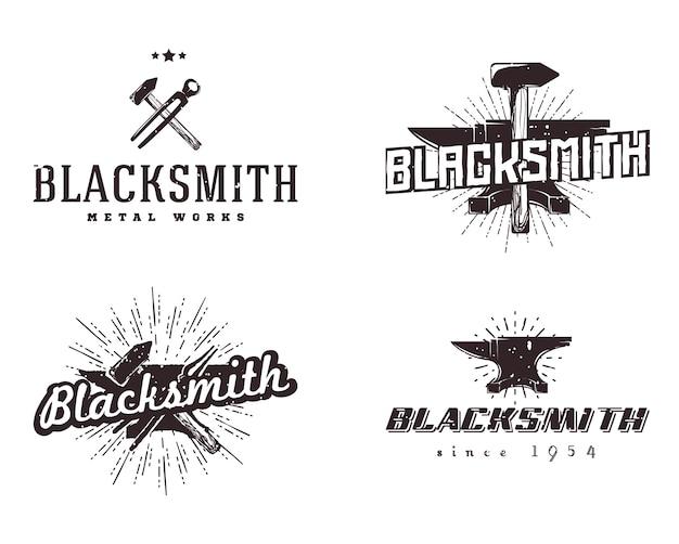 Metal werkt logo's. set van smid en metaalbewerking badges. vintage stijl, monochrome kleuren.