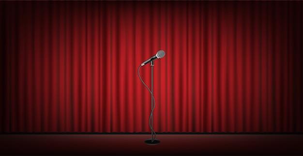 Microfoonstandaard op het podium met rode gordijn achtergrond