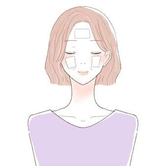 Middelbare vrouw die het gezicht bevochtigt met een katoenen pak. op een witte achtergrond.