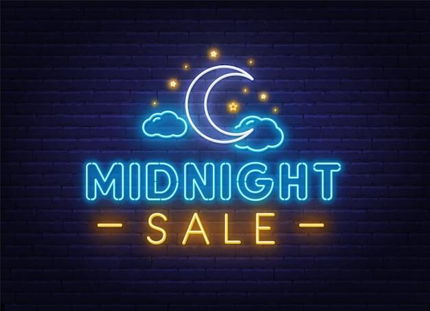 Middernacht verkoop neon teken op een bakstenen muur achtergrond.