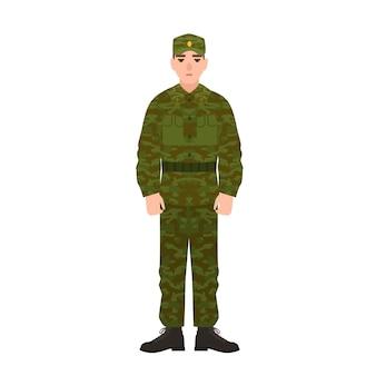 Militaire man van de russische strijdkrachten, gekleed in camouflage legeruniform.