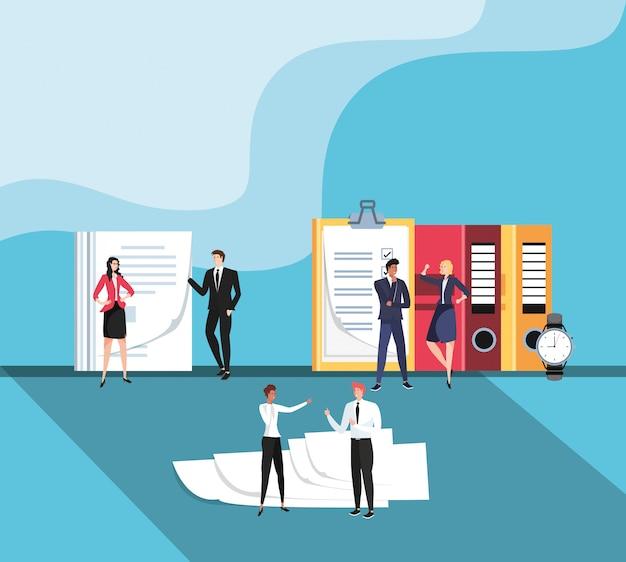 Mini zakenmensen met documenten op de werkplek