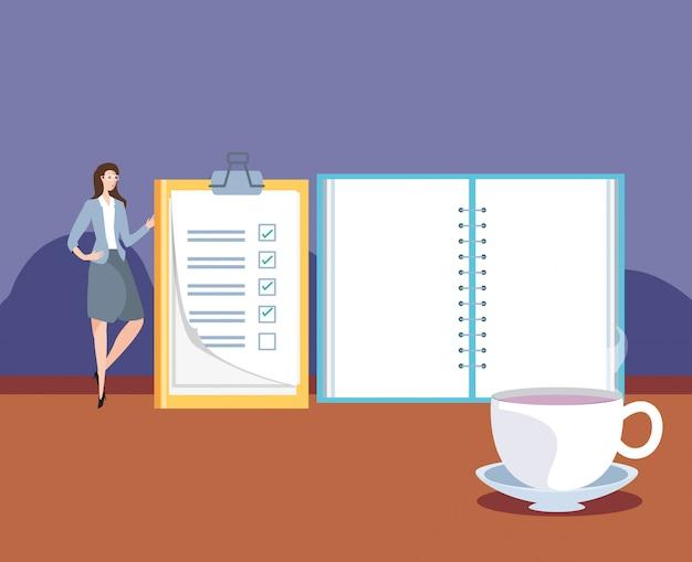 Mini zakenvrouw met checklist op de werkplek