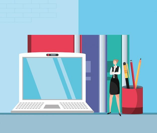 Mini zakenvrouw met laptop op de werkplek