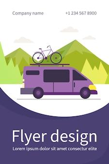 Minivan met fiets bovenop die zich in de bergen beweegt. voertuig, transport, fietstocht plat flyer-sjabloon