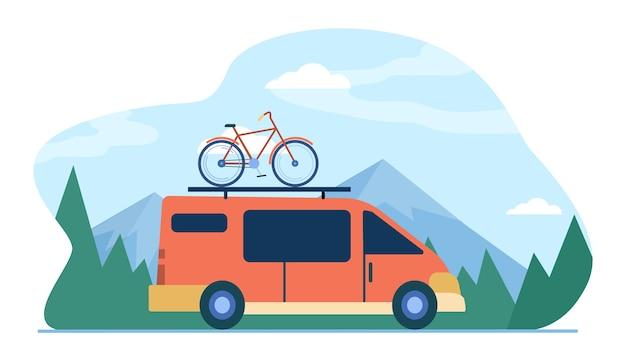 Minivan met fiets bovenop die zich in de bergen beweegt. voertuig, transport, fietstocht vlakke afbeelding.
