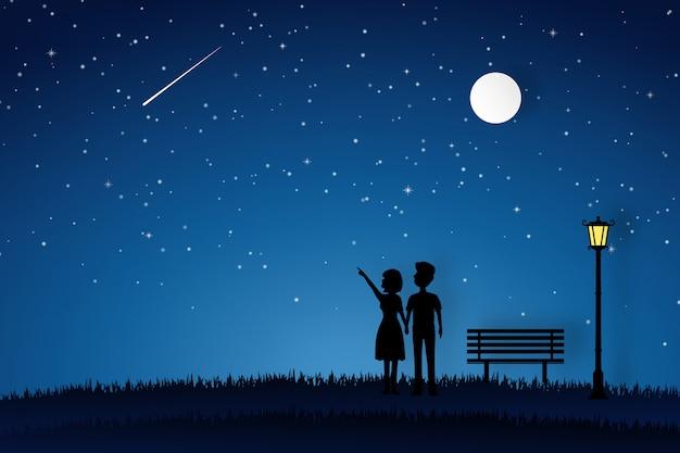 Minnaar die in de tuin loopt en aan de maan kijkt