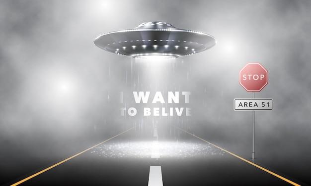 Mistige weg bij nacht. een ongeïdentificeerd vliegend object zweeft over de weg. buitenaardse wezens in een ruimteschip vallen zone 51 binnen. vectorillustratie