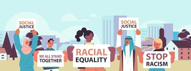 Mix race activisten houden stop racisme posters raciale gelijkheid sociale rechtvaardigheid stop discriminatie portret stadsgezicht