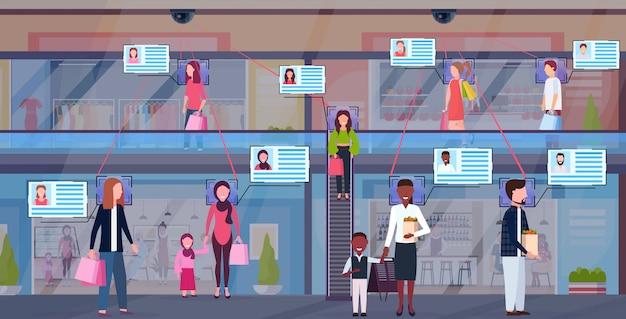 Mix race bezoekers lopen modern winkelcentrum identificatie gezichtsherkenning concept beveiliging camerabewaking cctv-systeem supermarkt interieur horizontale volledige lengte plat