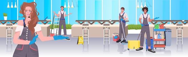 Mix race cleaners team reiniging en desinfectie vloer