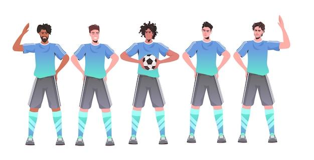 Mix race footbal spelers staan samen voetbalteam klaar om de wedstrijd horizontaal te starten