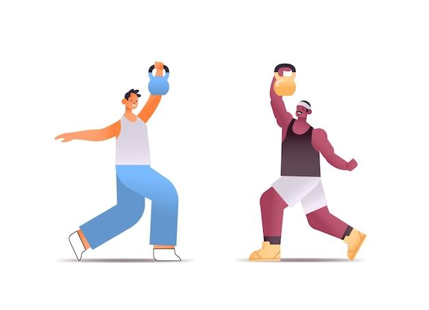 Mix race mannen in sportkleding fysieke oefeningen met kettlebells gezonde levensstijl concept