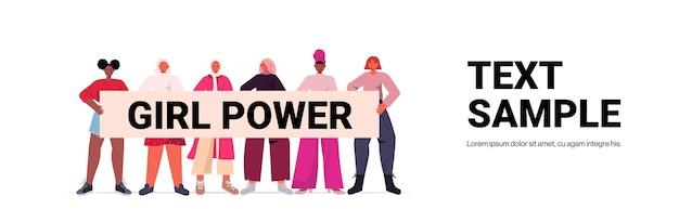 Mix race meisjes activisten houden poster vrouwelijke empowerment beweging vrouwen macht concept volledige lengte horizontale kopie ruimte vector illustratie