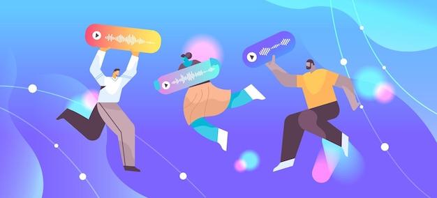 Mix race mensen communiceren in instant messengers door spraakberichten audio chat applicatie sociale media online communicatie concept horizontale volle lengte vectorillustratie