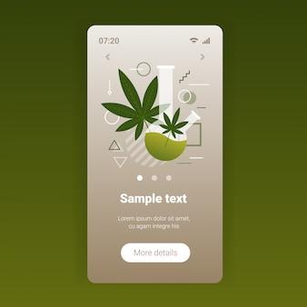 Mix race mensen die cannabis marihuana roken met waterpijp drugsgebruik concept volledige lengte smartphone scherm mobiele app kopie ruimte