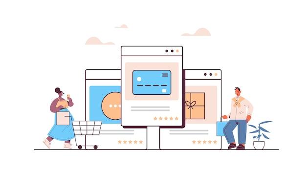 Mix race mensen die een smartphone-applicatie gebruiken voor online winkelen, bestellen en betalen voor e-commerce slimme aankopen