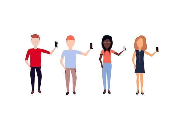 Mix race mensen doen selfie staande pose anonieme mannelijke vrouwelijke stripfiguur