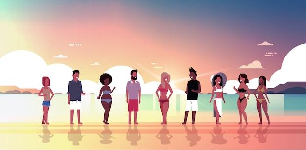 Mix race mensen groep op zonsondergang strand vakantie aan zee zomervakantie