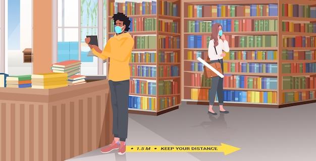 Mix race mensen in maskers afstand houden bibliotheek met borden voor sociale afstand nemen gele stickers