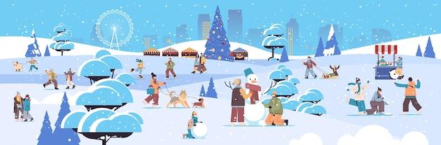 Mix race mensen in maskers met winterpret mannen vrouwen tijd doorbrengen in park buitenshuis activiteiten coronavirus quarantaine concept stadsgezicht achtergrond volledige lengte horizontale vector illustratie