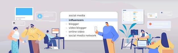 Mix race mensen influencers kiezen in zoekbalk op virtueel scherm internet netwerken concept horizontale portret illustratie