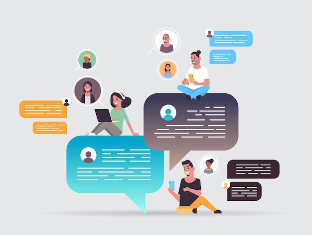Mix race mensen met behulp van chatten app op digitale apparaten sociale netwerk chat bubble communicatieconcept