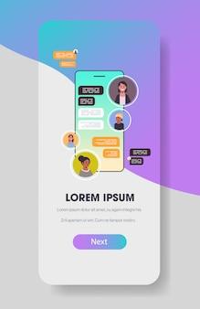 Mix race mensen met behulp van chatten app sociaal netwerk chat bubble communicatieconcept
