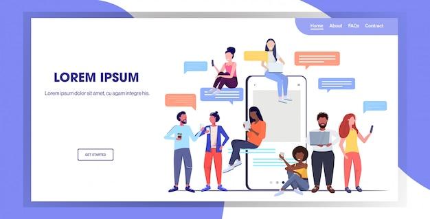 Mix race mensen met behulp van chatten apps op digitale apparaten sociale netwerk chat bubble communicatieconcept