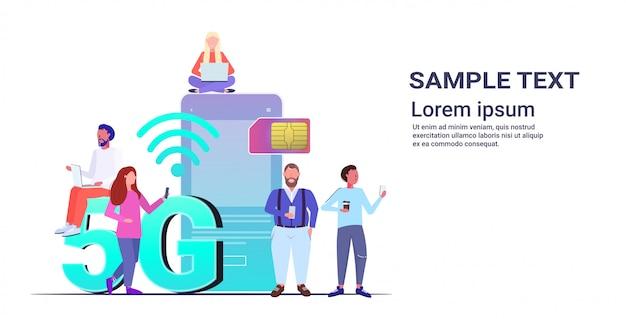 Mix race mensen met behulp van digitale apparaten 5g online draadloze systemen verbinding sociaal netwerk communicatieconcept