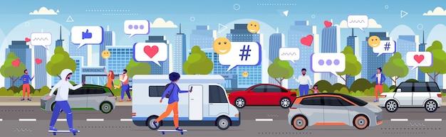 Mix race mensen met behulp van online mobiele app sociale media netwerk chat bubble communicatie digitale verslaving concept auto's op snelweg weg stadsgezicht achtergrond schets volledige lengte horizontaal