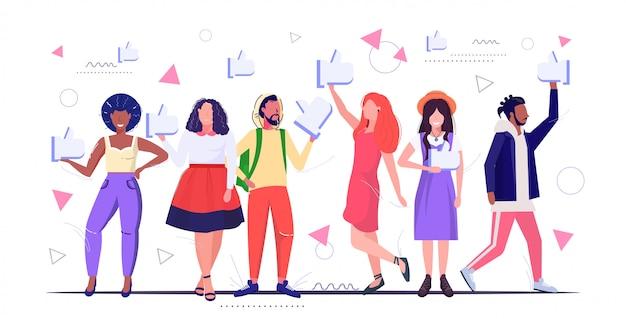 Mix race mensen met duimen omhoog pictogram sociaal netwerk communicatie concept schets volledige lengte horizontaal
