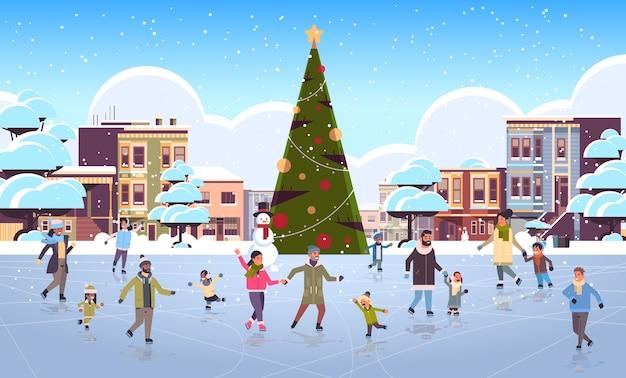 Mix race mensen op schaatsen buitenbaan vrolijk kerstfeest nieuwjaar winter vakantie concept moderne stad straat met versierde dennenboom stadsgezicht volle lengte vlak horizontaal vector illustratie Premium Vector