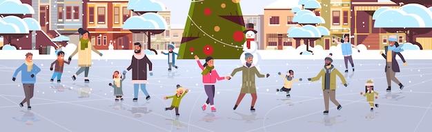 Mix race mensen op schaatsen buitenbaan vrolijk kerstfeest nieuwjaar winter vakantie concept moderne stad straat met versierde dennenboom stadsgezicht volle lengte vlak horizontaal vector illustratie