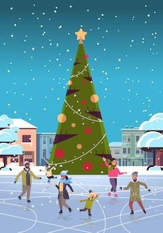 Mix race mensen op schaatsen buitenbaan vrolijk kerstfeest nieuwjaar winter vakantie concept moderne stad straat met versierde dennenboom stadsgezicht volledige lengte plat verticaal vector illustrationti