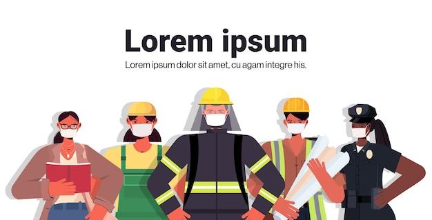 Mix race mensen van verschillende beroepen samen staan dag van de arbeid viering concept mannen vrouwen dragen maskers om coronavirus portret te voorkomen