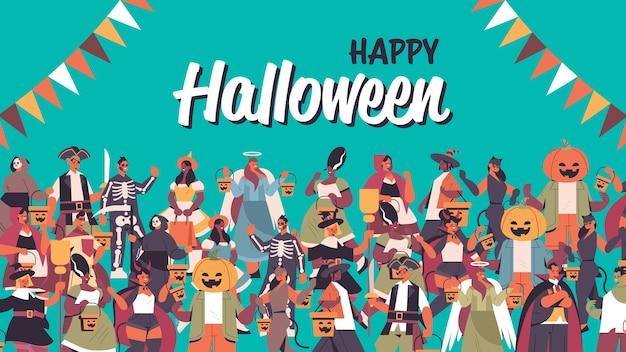 Mix race mensen vieren happy halloween party concept schattige mannen vrouwen in verschillende kostuums staan samen belettering wenskaart portret horizontale vectorillustratie