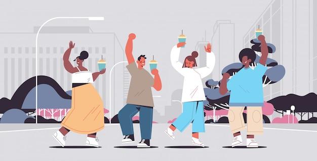 Mix race mensen wandelen buiten koffie drinken tijd doorbrengen zonder gadgets digitale detox concept