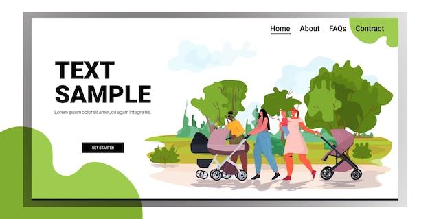 Mix race moeders lopen met pasgeboren baby's in kinderwagens moederschap concept stadspark landschap achtergrond kopie ruimte