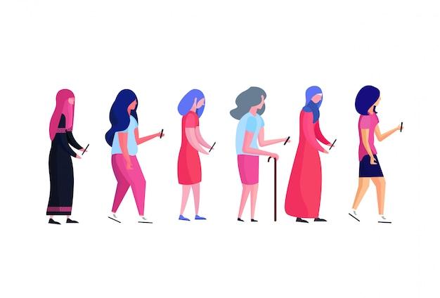 Mix race multi generatie vrouw profiel met behulp van smartphone vrouwelijke diversiteit stripfiguur