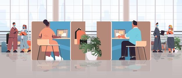 Mix race ondernemers in maskers werken en praten samen in coworking center vergadering teamwerk bedrijfsconcept