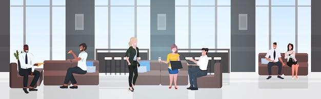 Mix race ondernemers met koffiepauze en bespreken tijdens de vergadering