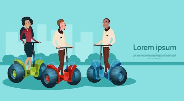 Mix race ondernemers rijden elektrische scooter