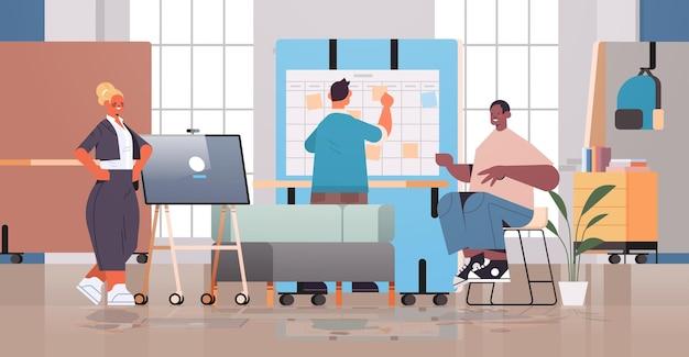 Mix race ondernemers werken en praten samen in coworking center zakelijke bijeenkomst teamwerk concept